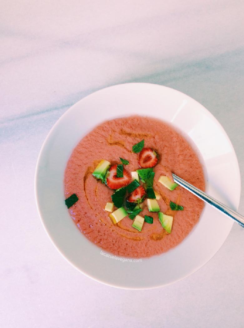 Gazpacho súper refrescante de fresitas, tomate, hierbabuena y albahaca