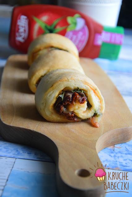 Drożdżowe zawijańce z szynką parmeńską, rukolą, oliwkami, suszonym pomidorem i mozzarellą