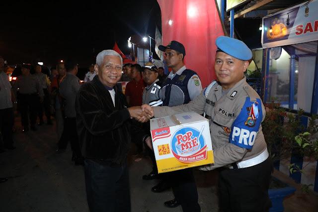 Wakil Bupati Asahan Surya menyerahkan bantuan ke pospam perayaan natal dan tahun baru.