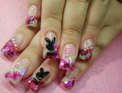 Diseño de uñas plateadas estilo playboy playmate