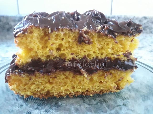 bolo de cenoura com cobertura e recheio de chocolate