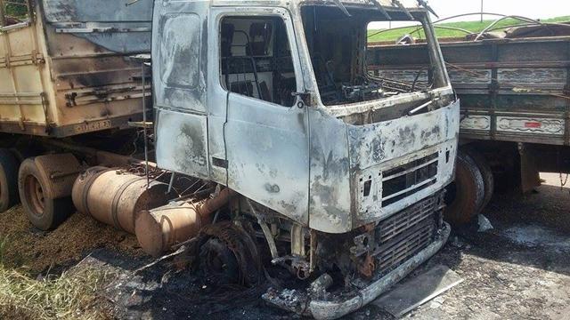 Caminhão pega fogo na PR-487, próximo ao Rio Muquilão