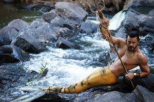 Thiago La Côrte posa de tritão para ensaio em cachoeira
