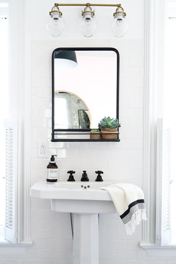 espejo baño pequeño cestas decorativas interiorismo decoracion nordica estilo nordico bathroom mirror nordic interiorsta barcelona alquimia deco