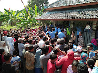 Warga Berebut Nasi Kuning di Punden Mbah Tareko