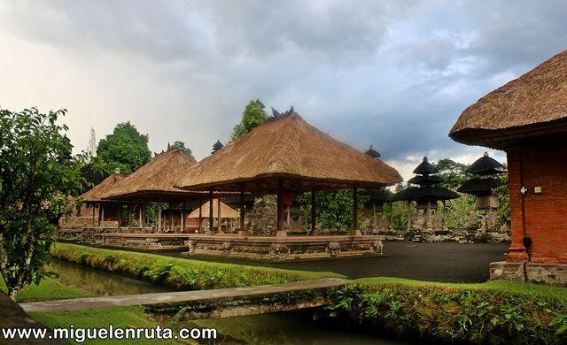 Acceso-templo-hermoso-jardín