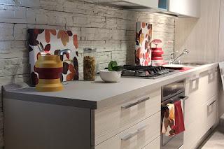 Plan de travail de cuisine rangé et coloré.
