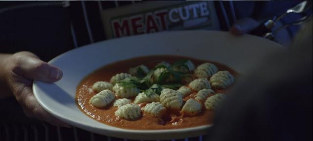 vemos el plato con una bonita presentación, se ve al fondo una insignia de meat cute
