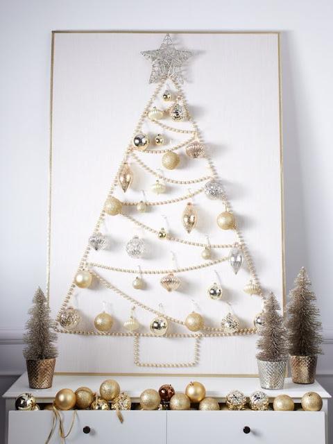 Árbol de Navidad hecho a mano con adornos y tablero