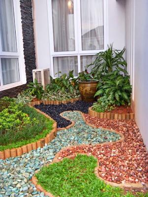Taman Minimalis Belakang Rumah Dengan Lahan Terbatas dan Kombinasi Taburan Batu Alam