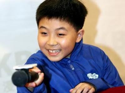 Mahasiswa Jenius Termuda di Hongkong berumur 9 Tahun dari Indonesia        March Boedihardjo, satu dari banyak anak berprestasi Indonesia keturunan Tionghoa lahir pada tahun 1998 di Hongkong. March Boediharjo dan keluarganya adalah orang Indonesia yang bermukim di Hongkong. Dan ketika tahun 2005, March dan keluarganya hijrah ke United Kingdom, ketika kakak laki-lakinya, Horatio Boediharjo yang saat itu berusia 14 tahun mendapat beasiswa di Oxford University, dalam program Phd, dan membuat ia menjadi salah satu siswa termuda di universitas itu.  Kedua anak keturunan Boediharjo ini memang menunujukantalenta lebih dalam bidang ilmu matematika, ayahnya memang sudah sejak kecil mengenalkan matematika kepada kedua anaknya ini, bahkan ketika makan pun yang mereka bicarakan adalah soal matematika. March menyelesaikan sekolah menengahnya di Inggris ketika ia dan keluarganya menemani kakaknya menempuh pendidikan di Ingris. Hebatnya, dia masuk dalam kelas akselerasi, sehingga hanya perlu waktu dua tahun menjalani pendidikan setingkat SMA itu. Hasilnya, dia mendapat dua nilai A untuk pelajaran matematika dan B untuk statistik. Dia juga berhasil menembus Advanced Extension Awards (AEA), ujian yang hanya bisa diikuti sepuluh persen pelajar yang menempati peringkat teratas A-level. Dia lulus dengan predikat memuaskan. Dalam sejarah AEA, hanya seperempat peserta AEA yang bisa mendapat status tersebut. Ia juga mendapatkan 8 GCSEs dalam waktu yang sama deng