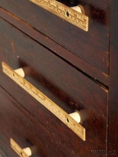 Ganti gagang laci yang biasa dengan penggaris kayu yardstick.