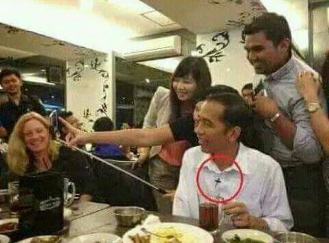 Heboh! Beredar Foto Jokowi Pakai Kalung Salib Templar, Tapi Ternyata...