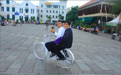 Main sepeda di kota tua Jakarta