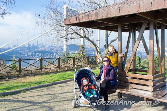 tarihi yarımada gezintisi sonrası Bozdoğan kemeri önünde oğlumla, Fatih İstanbul