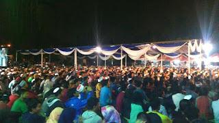 Ribuan Massa mendengarkan kajian cak nun