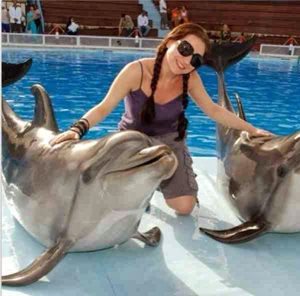 صور مي عزالدين بالهوت شورت القصير مع الدلافين في حمام السباحة ,صورمي عز الدين جديده