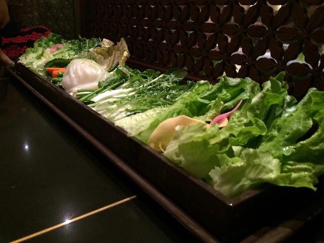 Stor blanding af salater til at wrappe kødet med.
