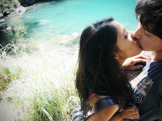 imagen de una chica morena besando a un chico