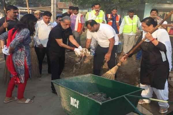 minister-krishan-pal-gurjar-clean-nehru-colony-badkhal-vidhansabha