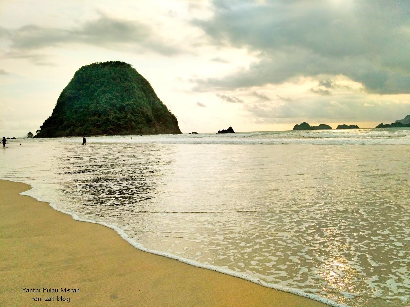 Pantai Pulau Merah Tetap Jadi Primadona