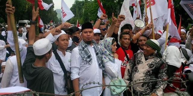 Ahmad Dhani ikut demo Ahok di depan Istana Dan Ajak Mulan Jameela.