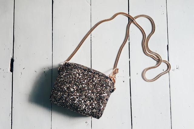 RIVER ISLAND Gold glitter mini chain handbag
