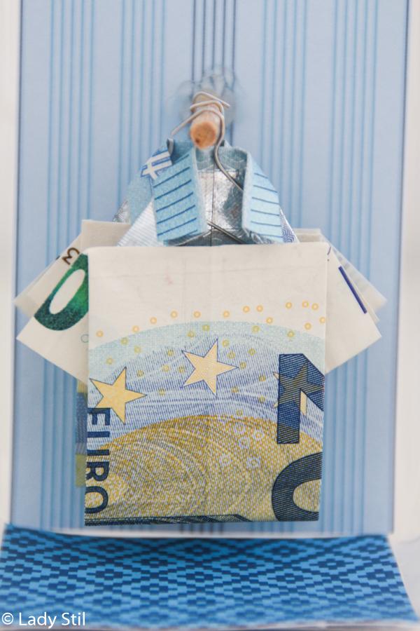 DIY Hemden aus Geldscheinen falten und auf Kleiderstangen im selbstgemachten Shop oder Schaufenster aufhängen, Geldgeschenke Ideen, Kreativsein mit Geld, Wie verschenkt man Geld? Geldscheine auf Kleiderstange,Geld in Hemdform,Anleitung Geld in Hemdform falten, Schaufenster um Geldhemden zu präsentieren,