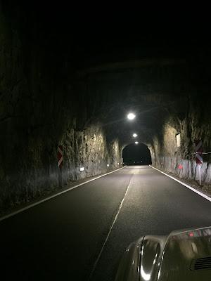 Beleuchteter Tunnel bei Nacht bei Baden Niederösterreich