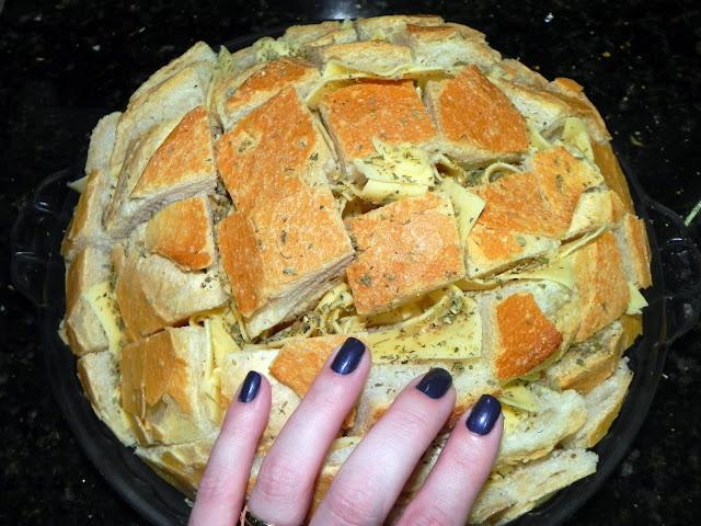 pão assado com queijo e ervas