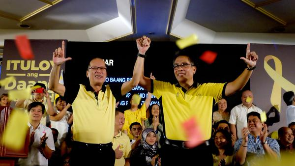 PNoy, Roxas show Liberal Party hand gestures, unity for 2016 elections
