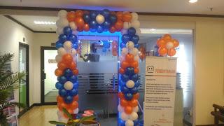 dekorasi bentuk gate kotak yang di kombinasikan dengan warna biru,putih dan orange untuk dekorasi di bri