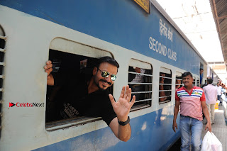 Bollywood Actor Vivek Oberoi Snapped Travelling by Local Train to Kelve  0024.JPG