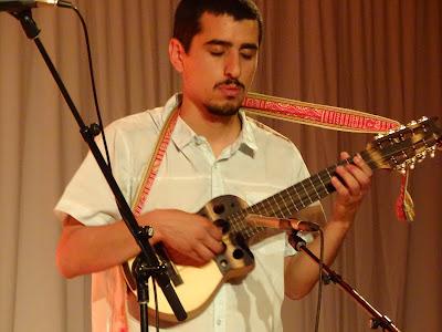 músico interpretando con un charango