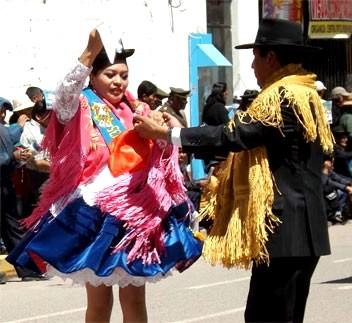 Foto de una pareja bailando la marinera puneña en la Fiesta de la Virgen de la Candelaria