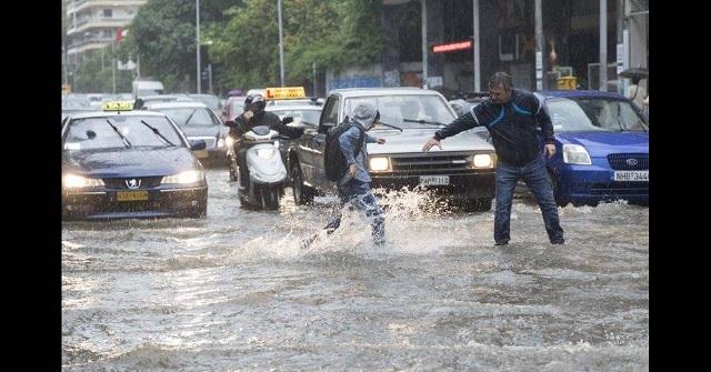 Κακοκαιρία «σαρώνει» τη Θεσσαλονίκη - Σώα τα δύο άτομα που παρασύρθηκαν από τα νερά δείτε βίντεο