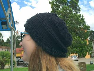 gorro de lã preto na cabeça de uma moça de óculos
