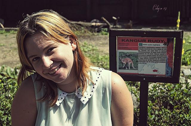 Zdjęcie ze mną i tabliczką informującą - kangur rudy