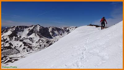 Subiendo la pala de nieve hacia la cima de Peña Congosto.