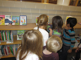 förskoleklassen på besök på hagaskolans bibliotek