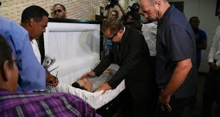 Familiares y amigos velan restos de John Percival Matos en funeraria Blandino
