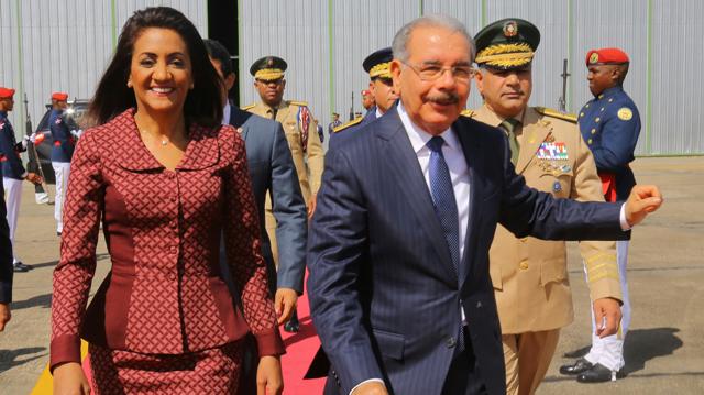 Danilo Medina salió desde la Base Aérea de San Isidro, pasadas las diez de la nañana, acompañado de la primera dama