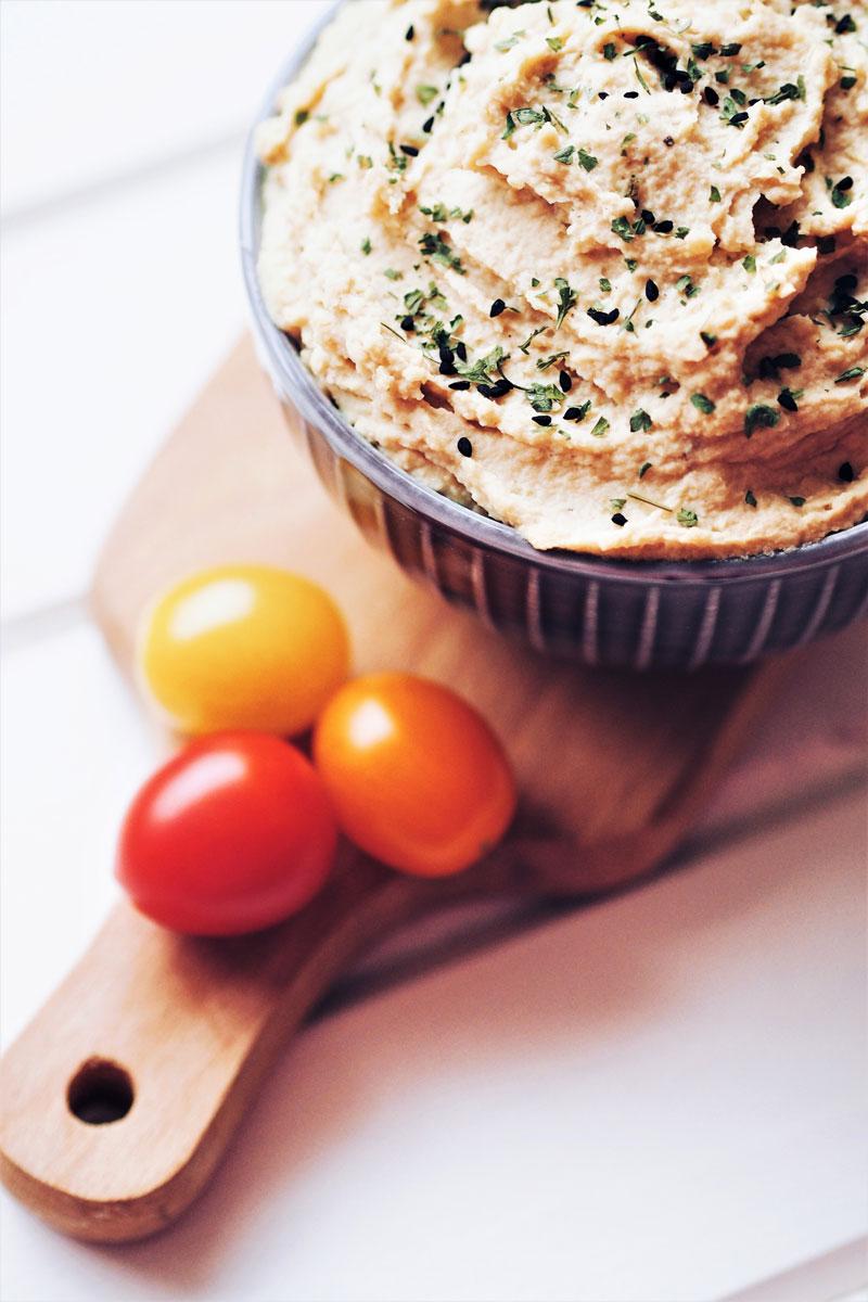 Klasyczny hummus to idealna baza do hummusu paprykowego czy pomidorowego.