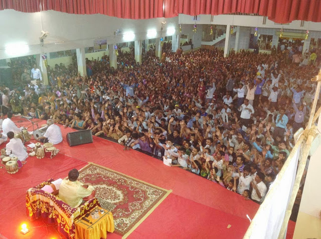 Aniruddha-Bapu-enjoying-Satsang-with-shraddhavan-it-was-held-by-volunteers-Satara