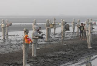 Patung manusia di Lumpur Lapindo, Sidoarjo
