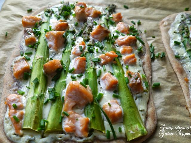 Flammkuchen z zielonymi szparagami i łososiem - Czytaj więcej »