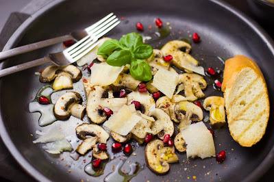 Pilzcarpaccio mit Granatapfel und Parmesan