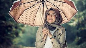 Tips Mengenakan Baju Muslim Saat Musim Hujan