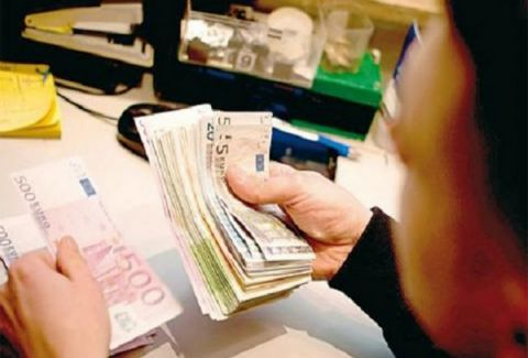 Μετά το ίντερνετ, φορολογούν και τις τραπεζικές συναλλαγές! Δείτε πόσο θα χρεώνονται από εδώ και πέρα