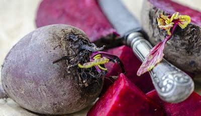 Umbi sayur bit yang berwarna merah gelap